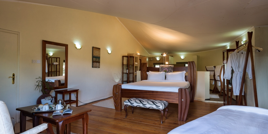 spacious single cottage with a king size bed, a bid bed and en suite with a bathtub.