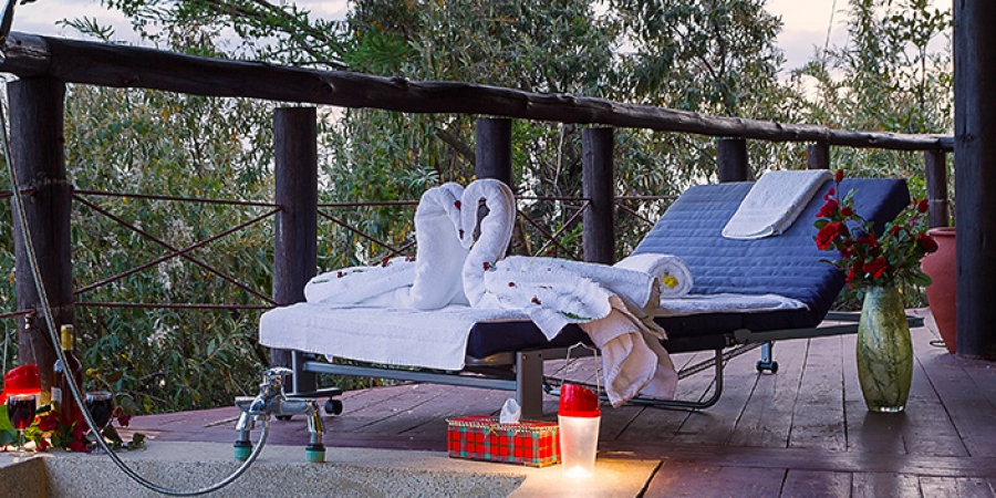 Romantic honeymoon cottage with an outdoor jacuzzi ,luxurious lounge and a viewing deck.